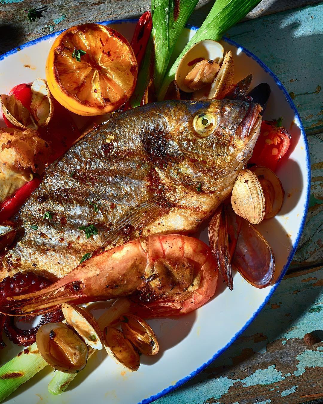 Дорадо с жареными овощами и морепродуктами