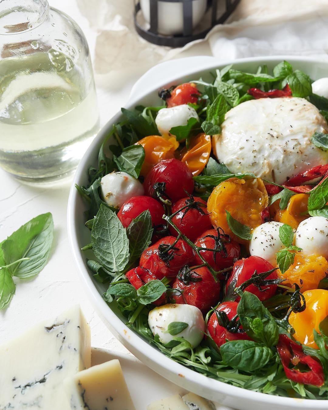 Салат с моцареллой, печеными разноцветными томатами и зеленью