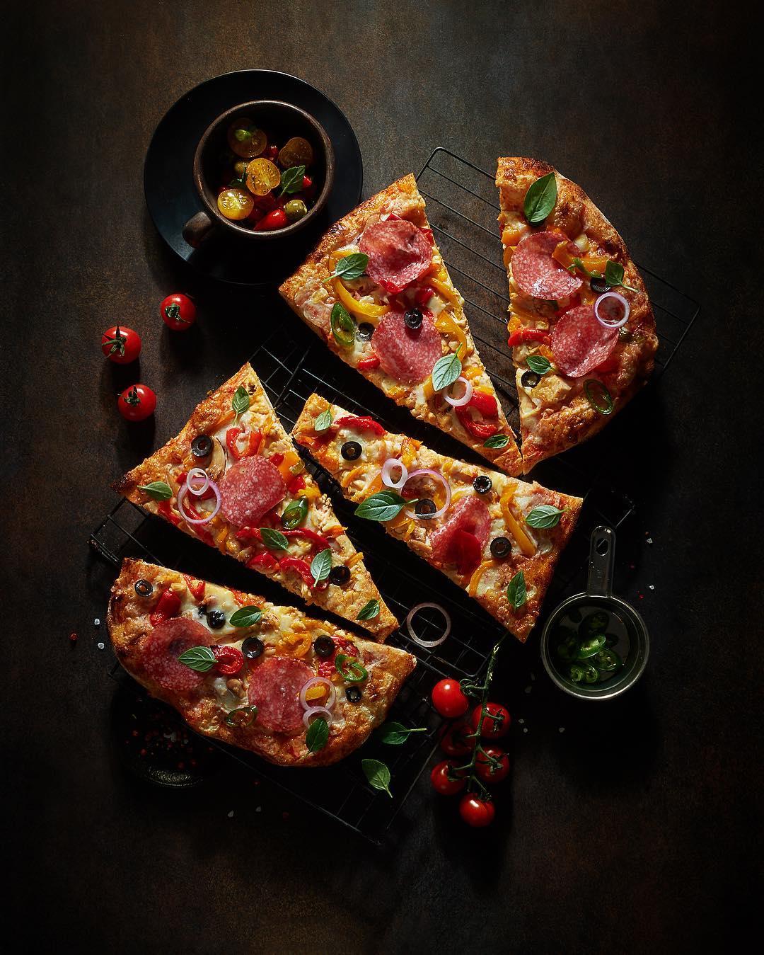 Пицца Пепперони и свежие томаты