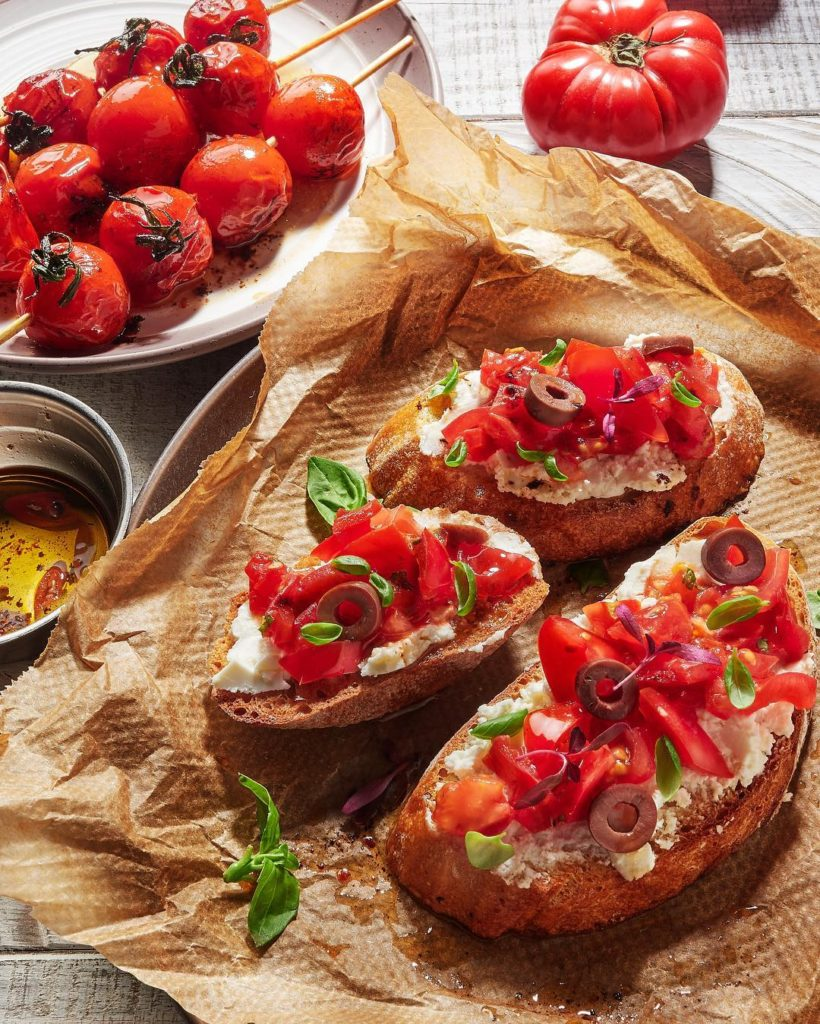 Брускетты с томатами, мягким сыром и базиликом. Съемка для портфолио.