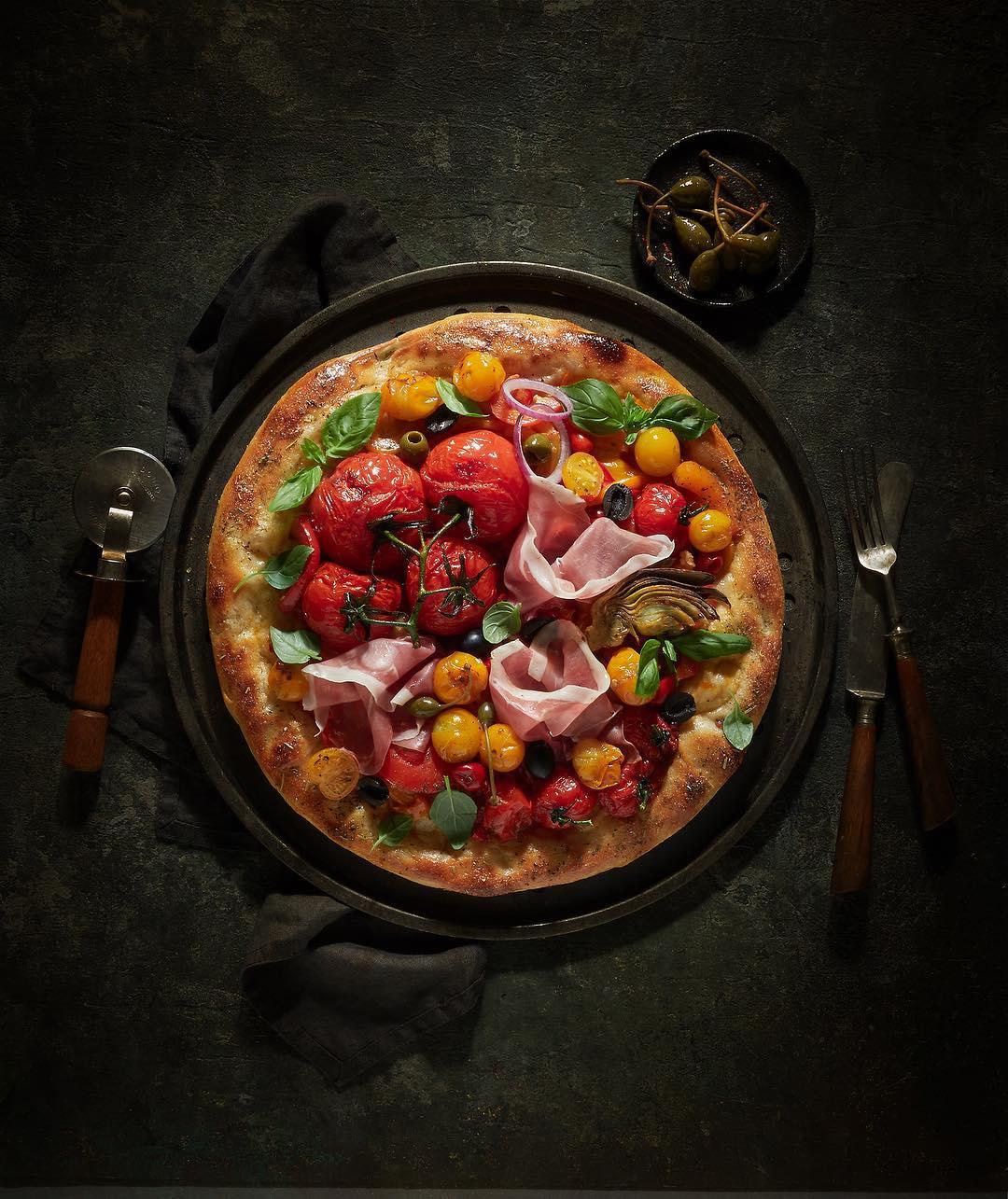 Пицца с томатами, прошутто и артишоком