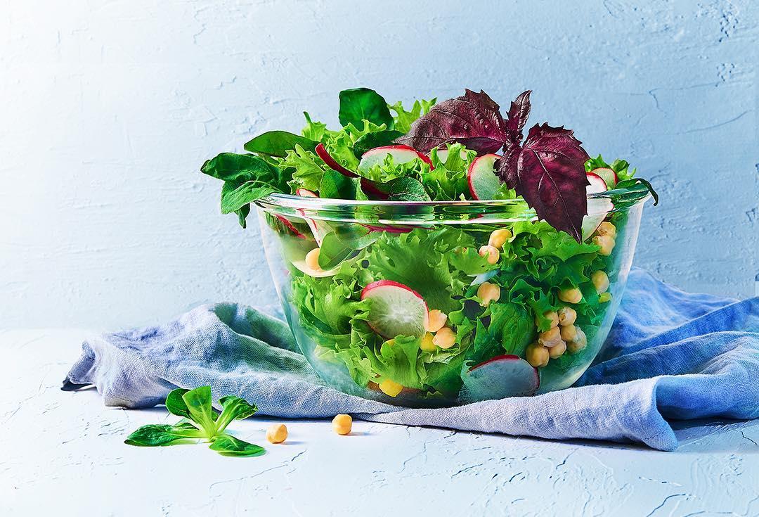 Зеленый салат с редисом, нутом и базиликом с заправкой из оливкового масла