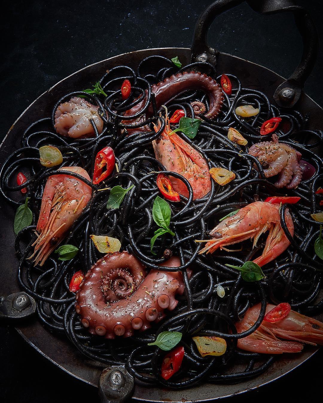 Спагетти с чернилами морской каракатицы и морепродукты