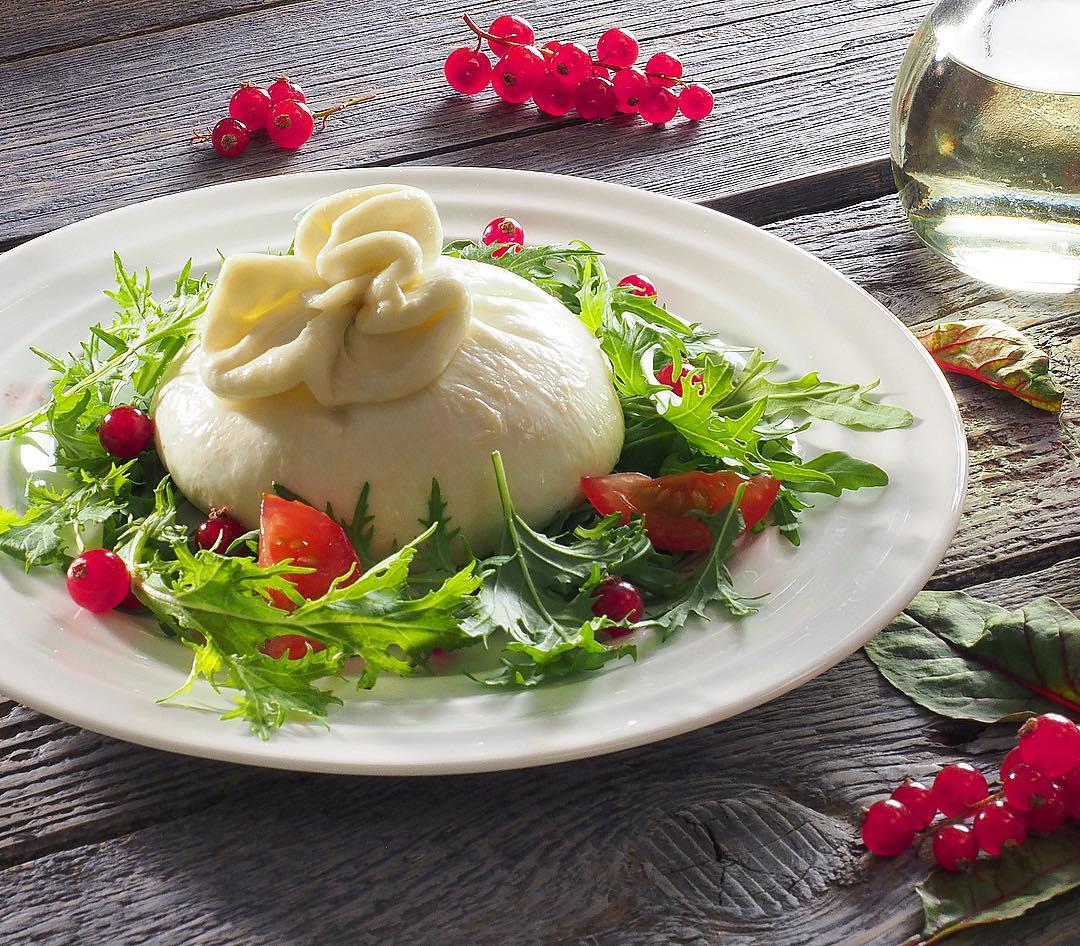 Сыр Буратта с томатами и зеленью