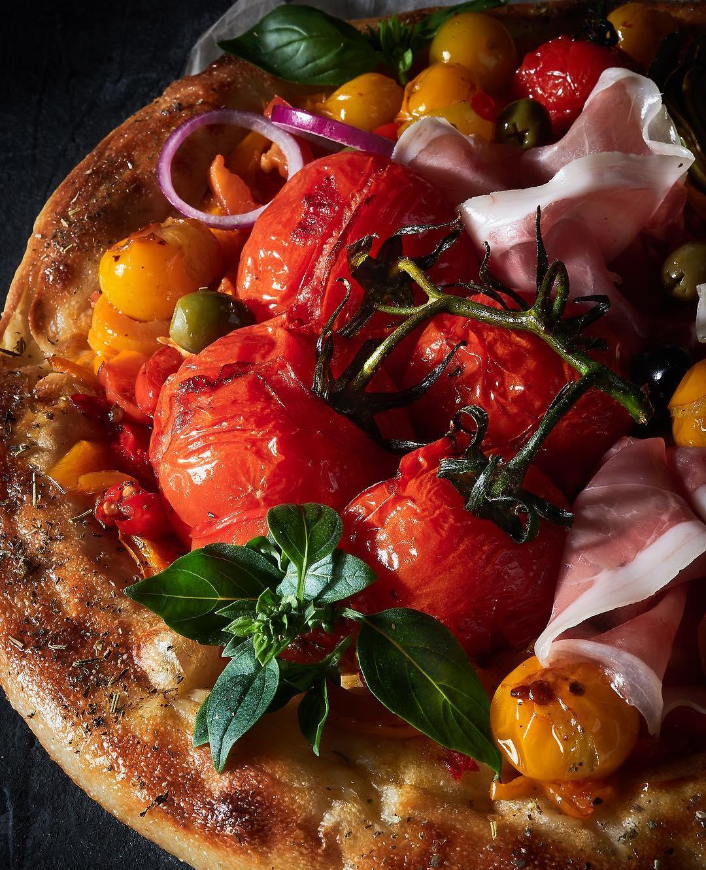 Пицца с томатами прошутто