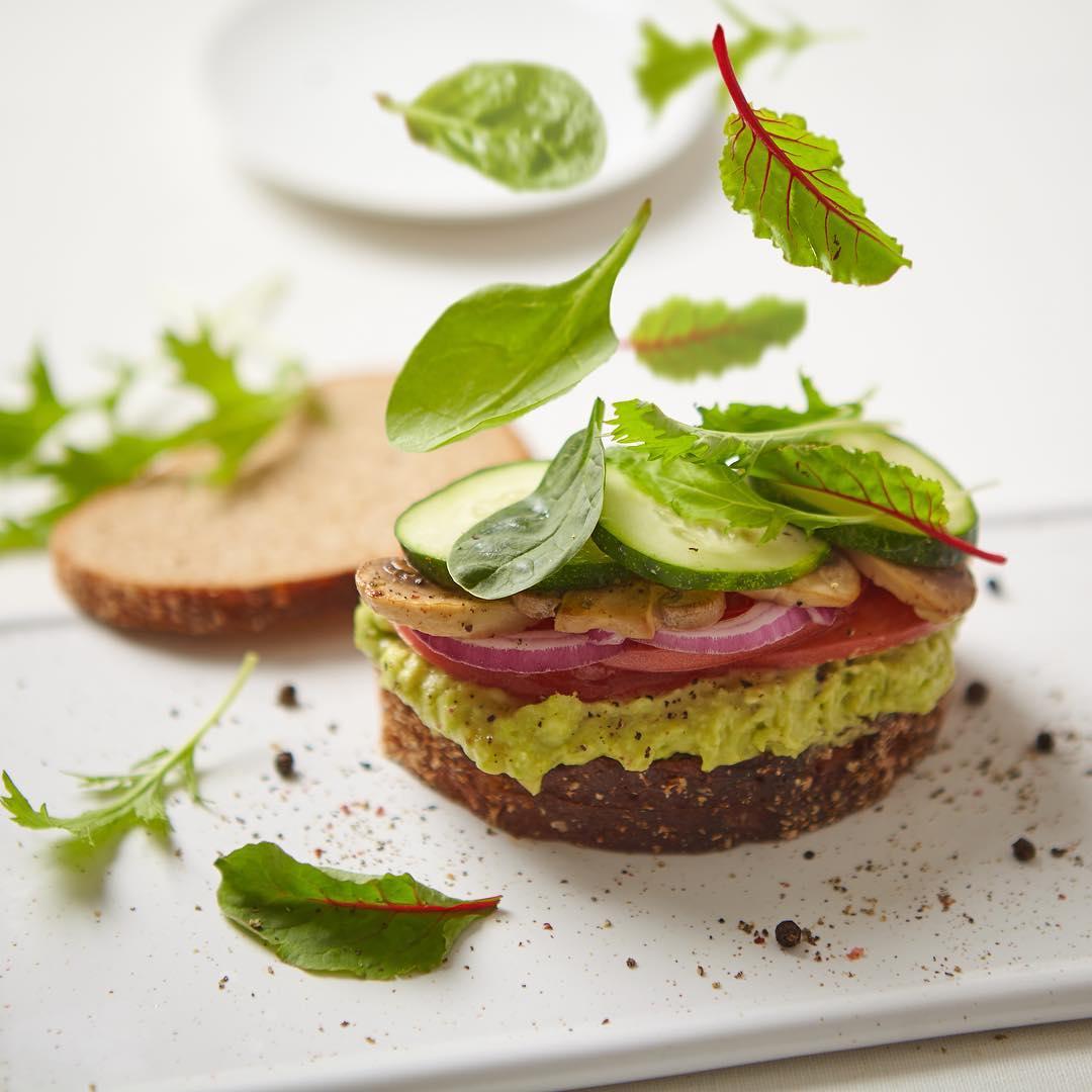 Сандвич с гуакамоле и шампиньонами