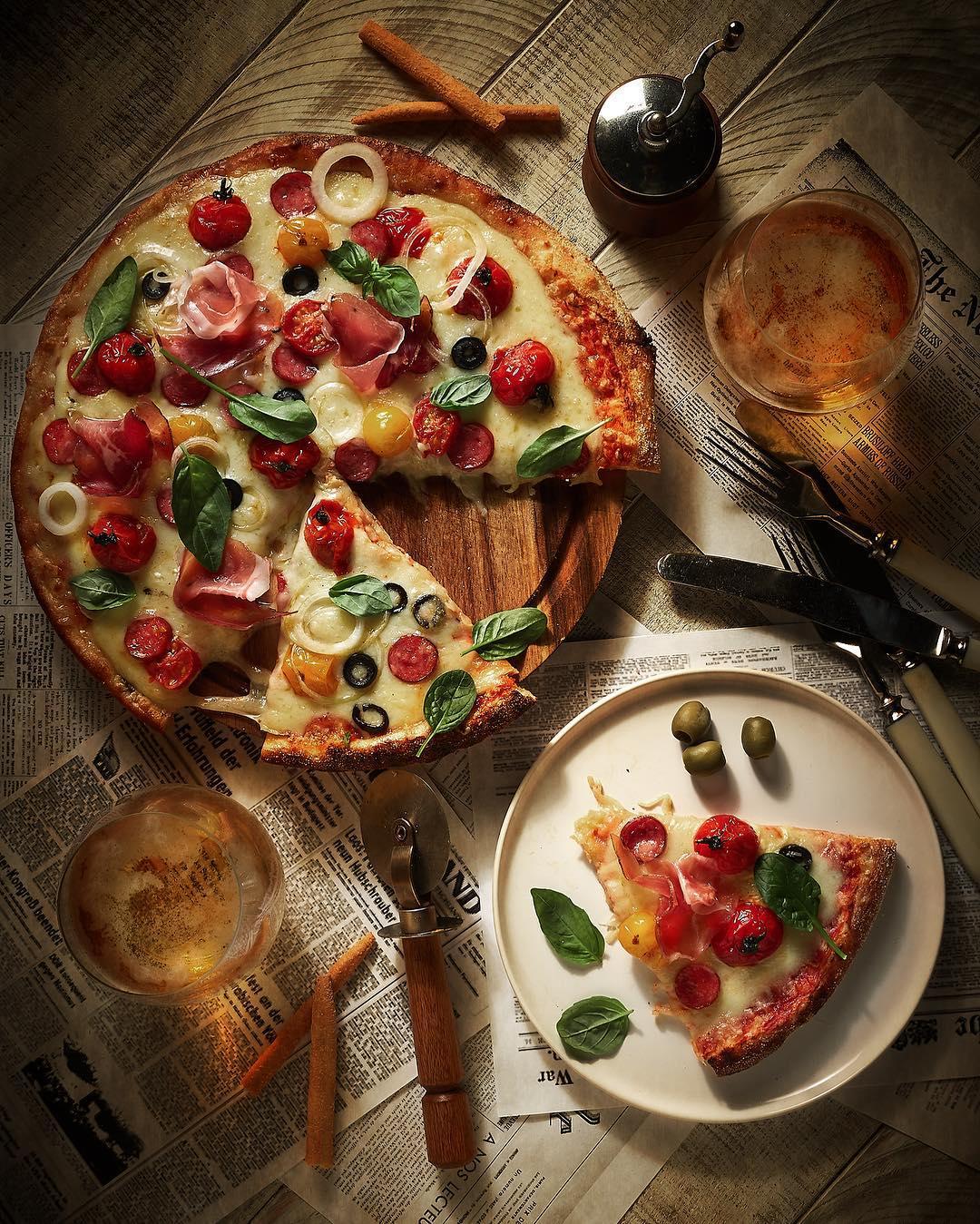 Мясная пицца с томатами