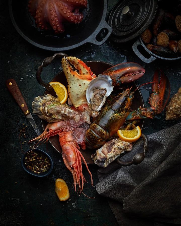Морепродукты. Лобстер, краб с креветками, устрицы. Осьминог и ракушки