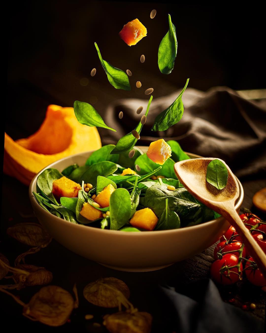 Салат с печеной тыквой, молодым шпинатом и орешками