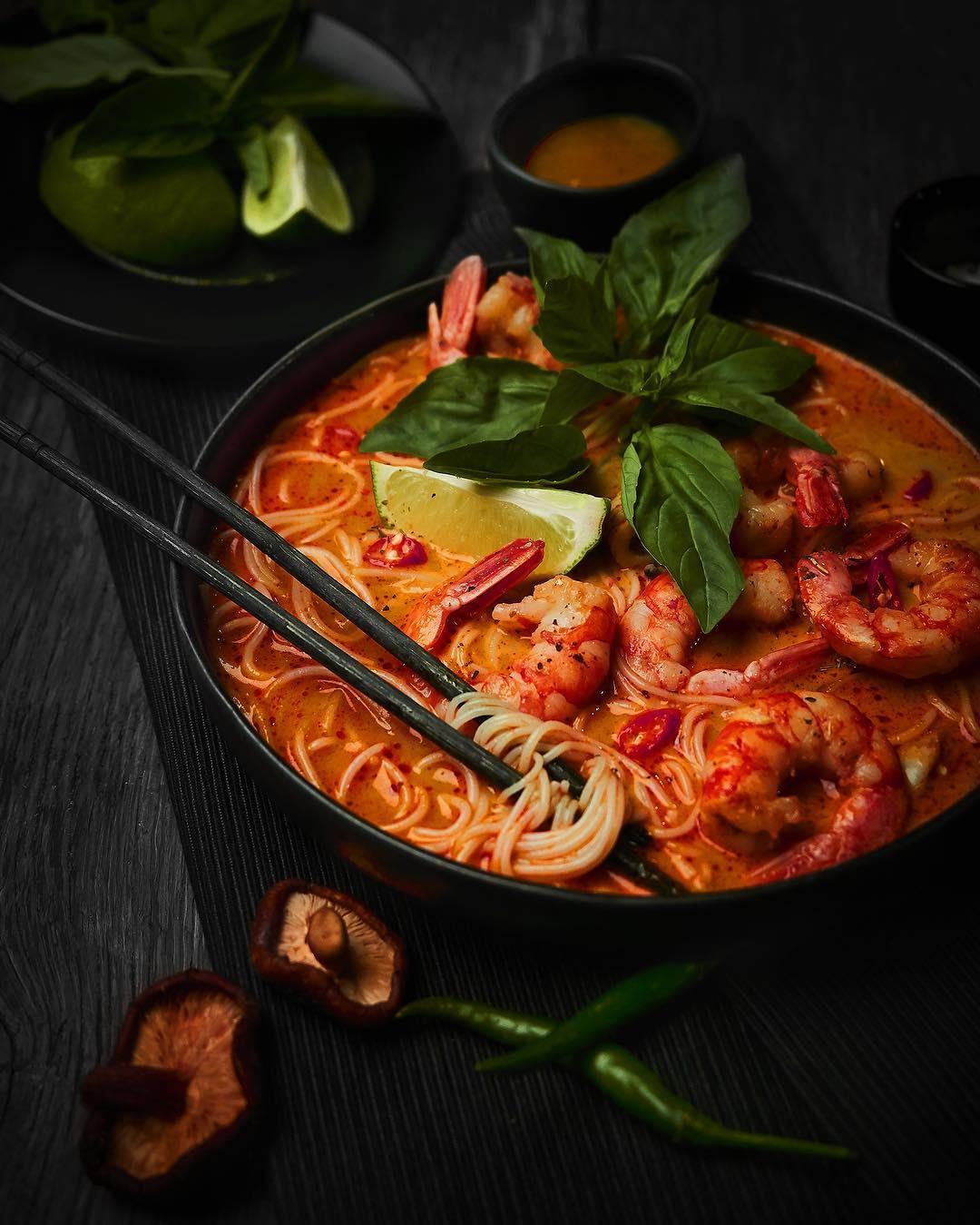 Азиатский суп с лапшой, креветками и морепродуктами