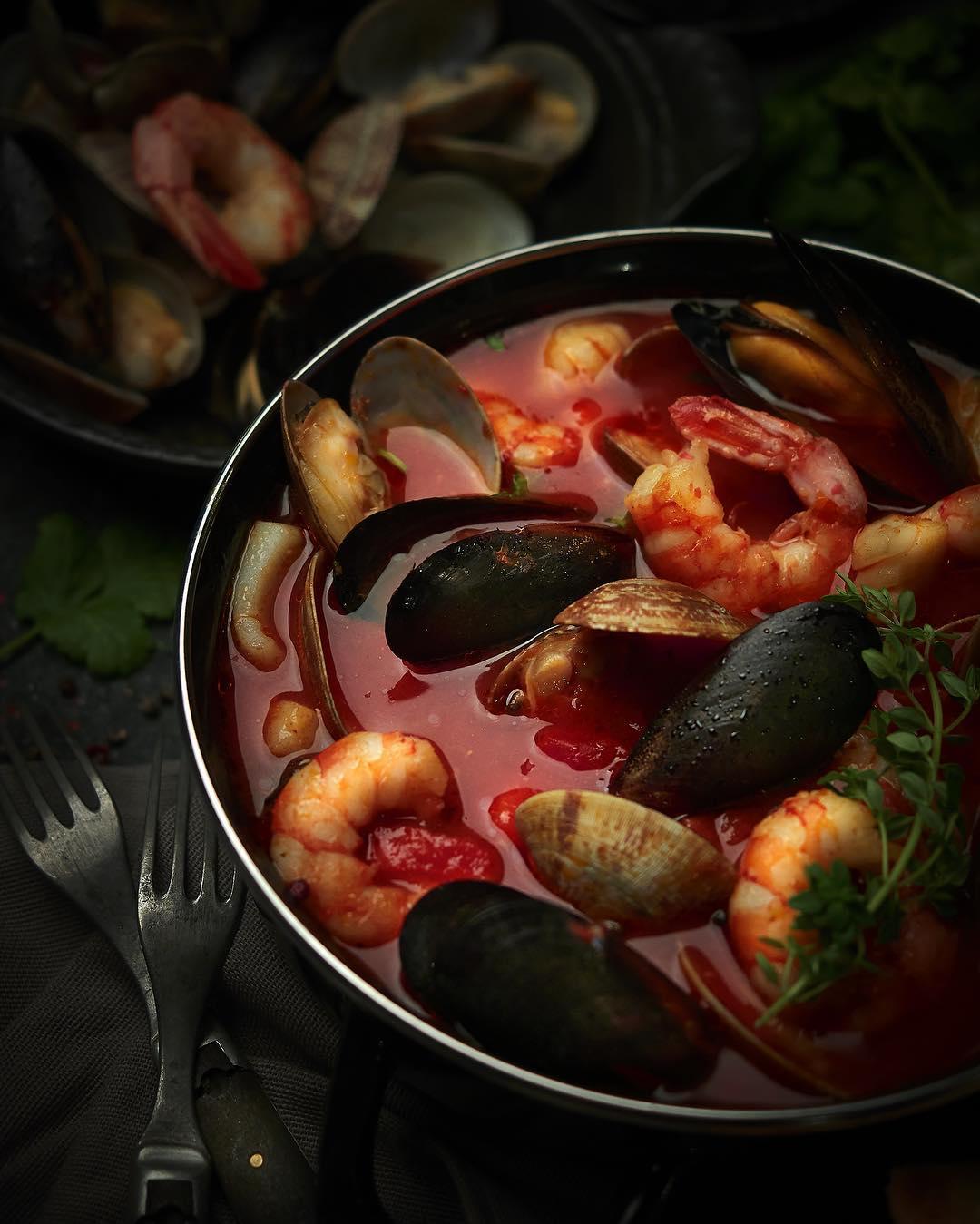 Рыбацкий суп с мидиями и креветками