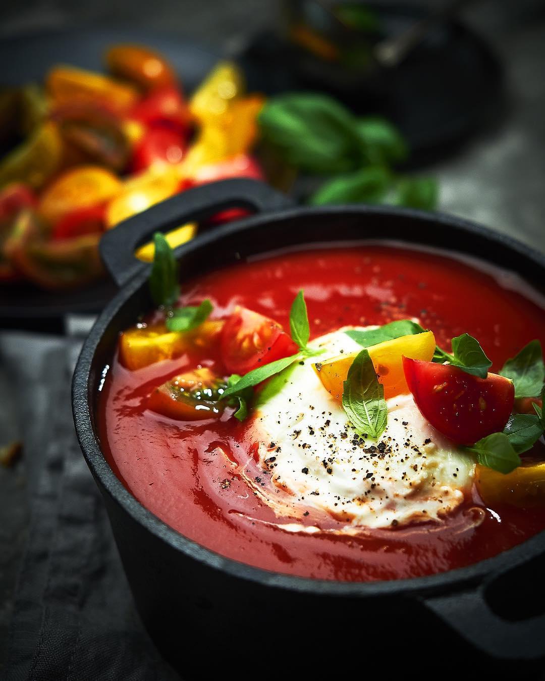 Томатный суп с моцареллой и базиликом
