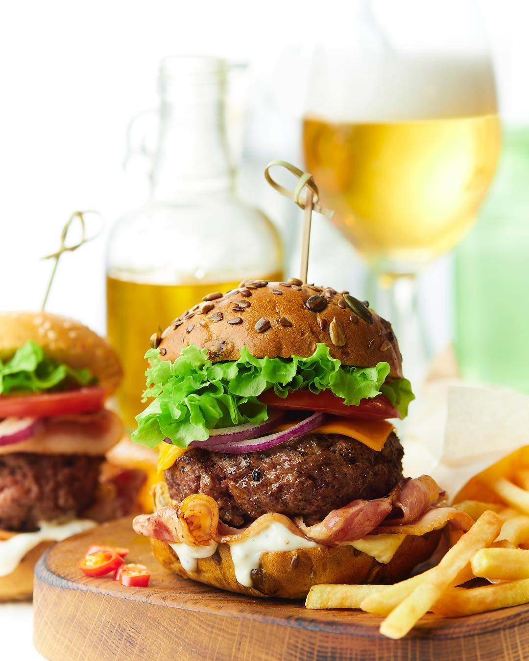Бургер, картофель фри и напиток